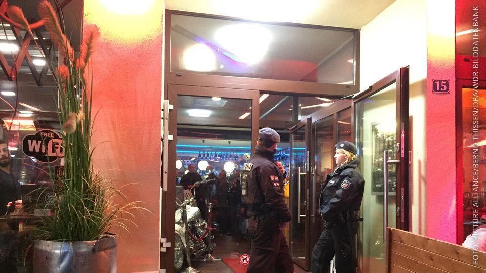 Polizisten bei einer Razzia im Rugrbei