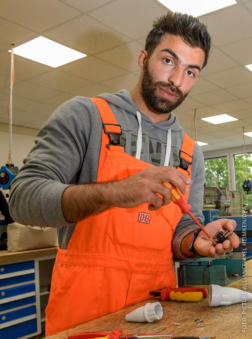 Der Flüchtling Abdul Karim Yousef steht an einer Werkbank.