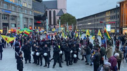 Kurden-Demo vor dem Kölner Hauptbahnhof