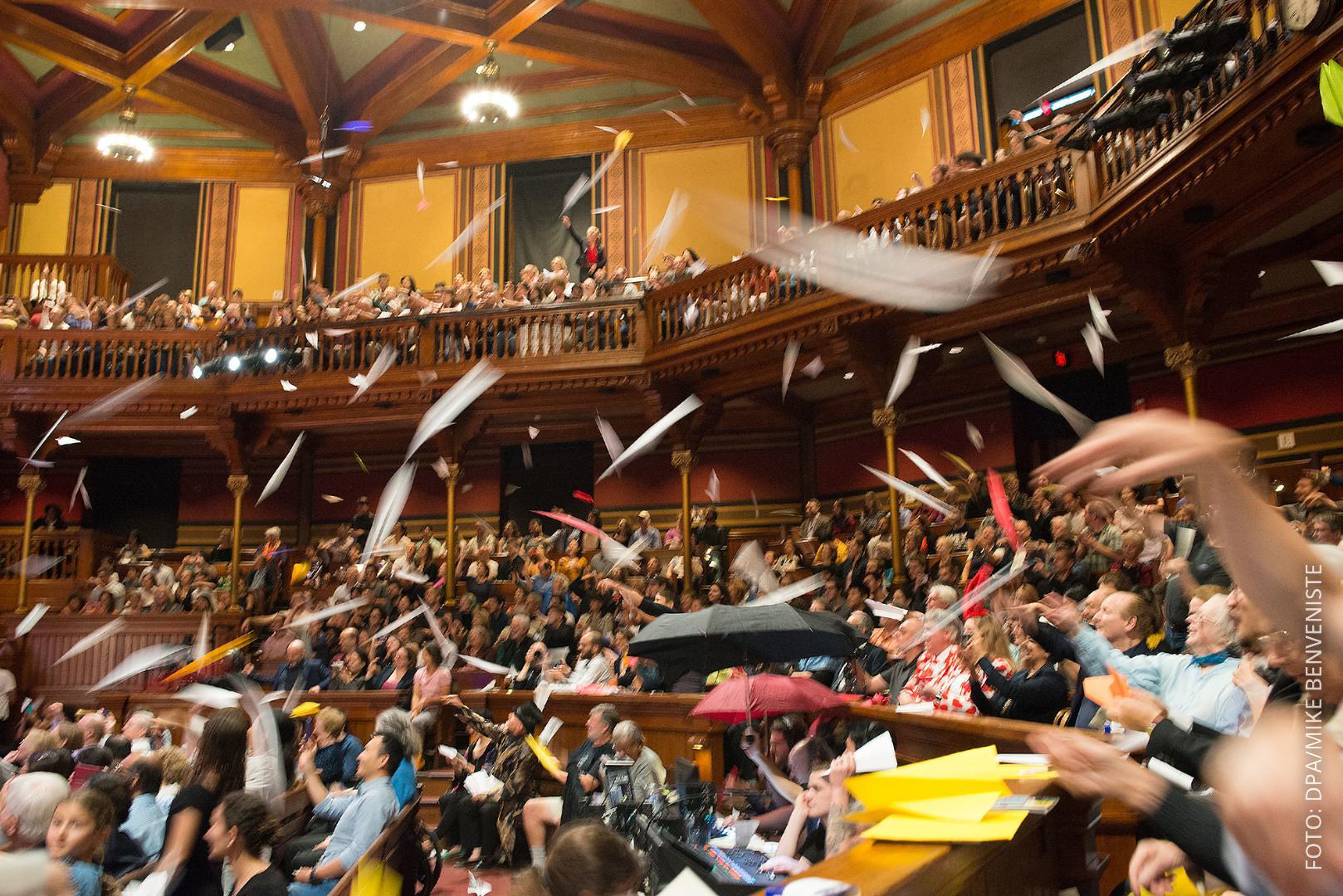 Publikum beim Ig-Nobelpreis wirft Papierflieger