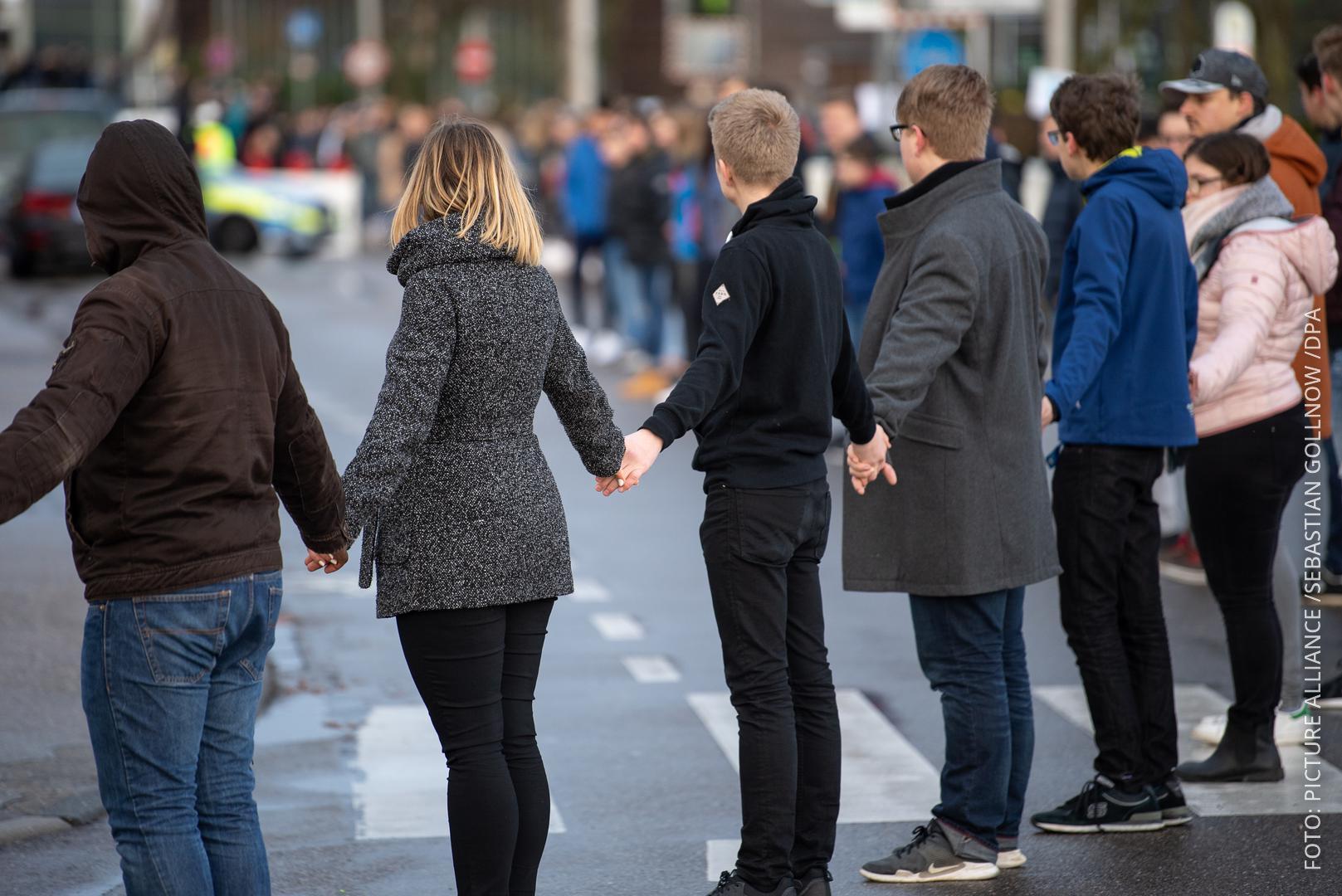 Schüler stehen während der Gedenkfeier zum 10. Jahrestag des Amoklaufs von Winnenden in einer Menschenkette