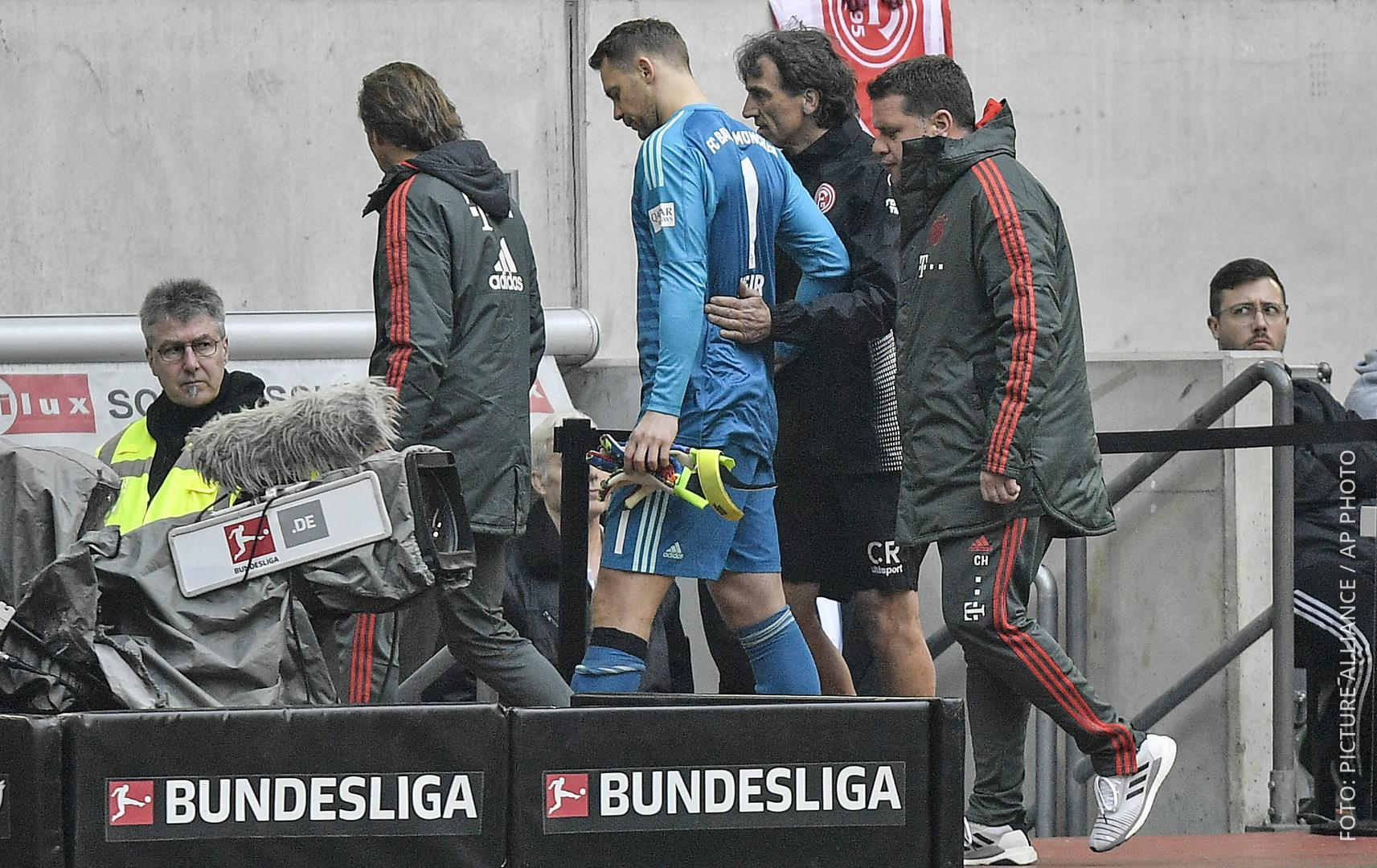 Manuel Neuer geht zusammen mit Ärzten in die Kabine.