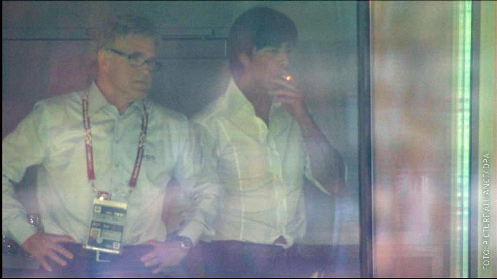 Bundestrainer Jogi Löw raucht.