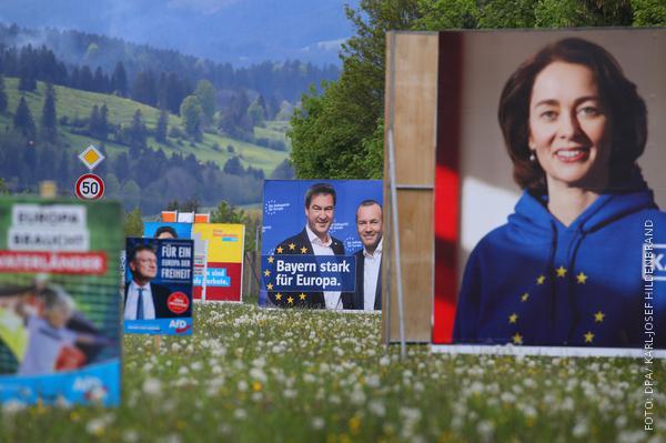 Verschiedene Wahlplakate in Bayern an einer Straße