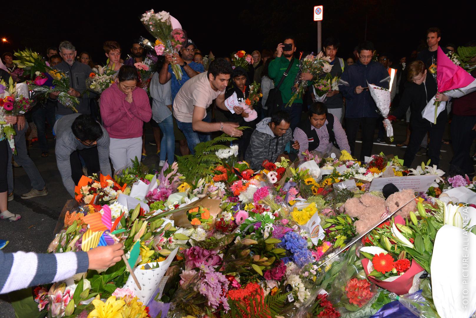Menschen legen Blumen in Christchurch nieder