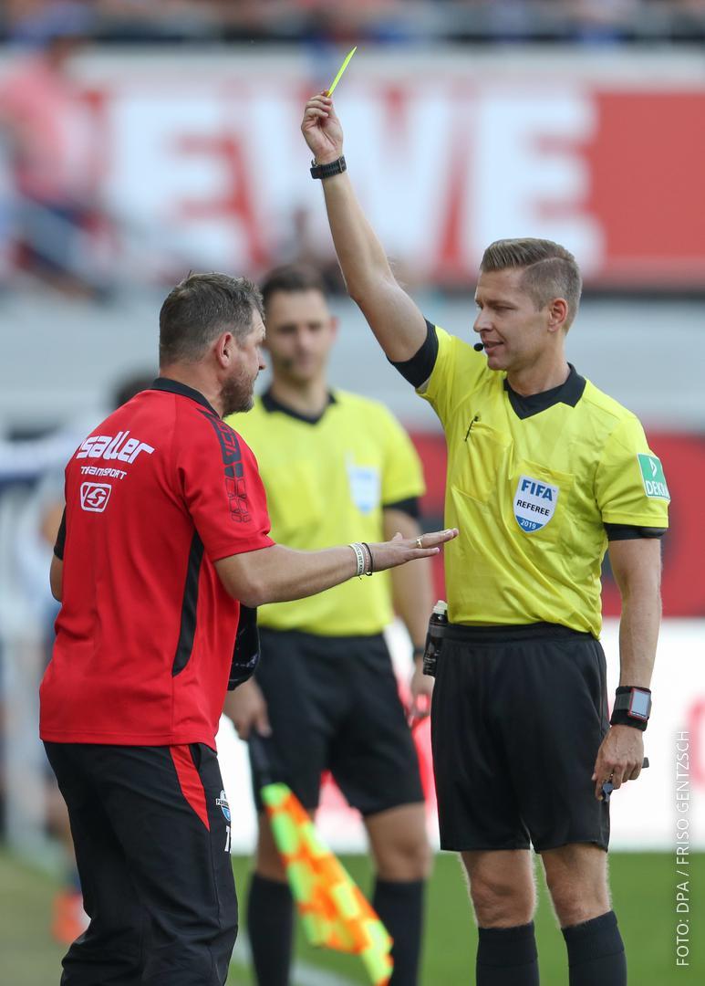 Paderborns Trainer Steffen Baumgart bekommt die Gelbe Karte.