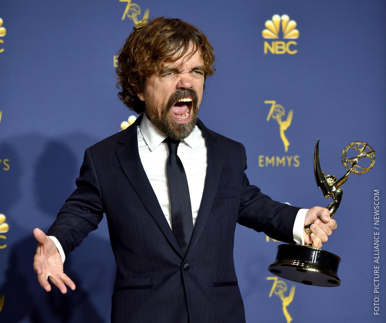 Schauspieler Peter Dinklage mit einem Emmy in der Hand