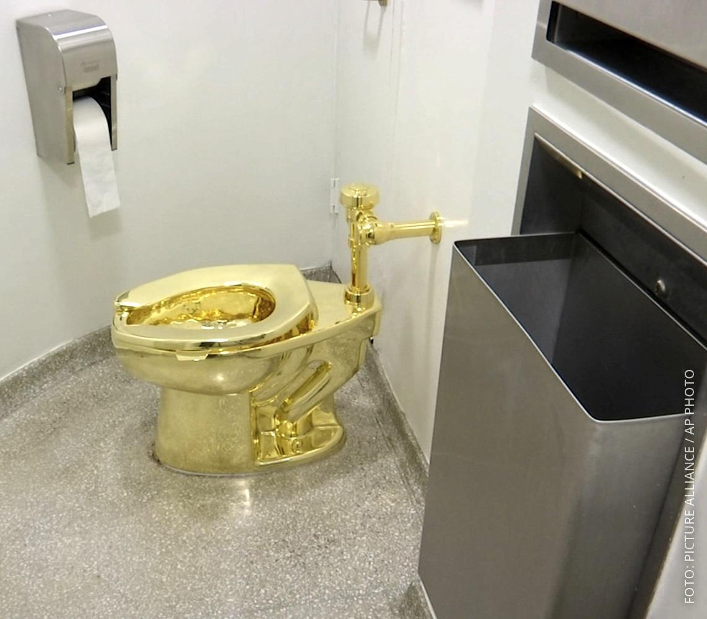 """Das Kunstwerk """"America"""", eine Toilette aus 18-karätigem Gold in der Kunstausstellung von Schloss Blenheim"""
