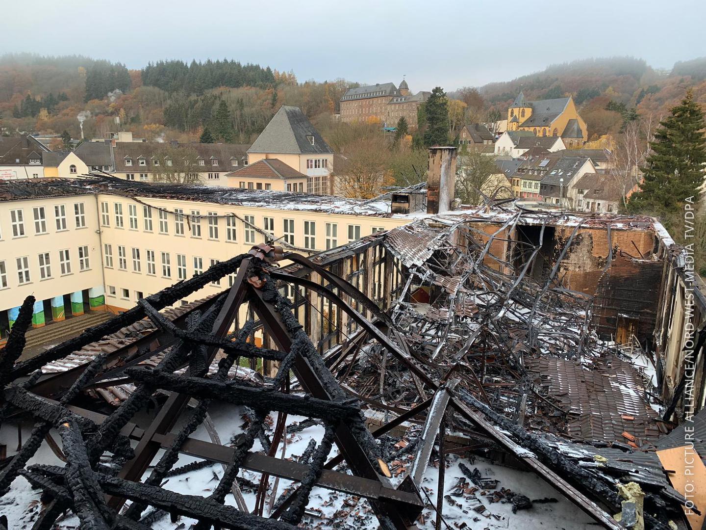 Das Bild zeigt den ausgebrannten und zum Teil eingestürzten Dachstuhl des Johannes-Sturmius-Gymnasiums in Schleiden.