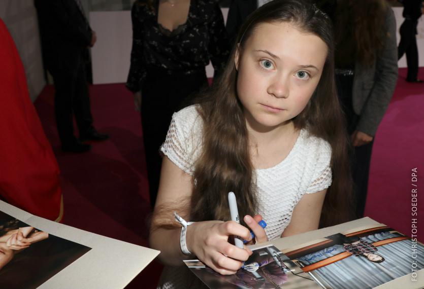 Greta Thunberg gibt bei der Golden Kamera Autogramme.