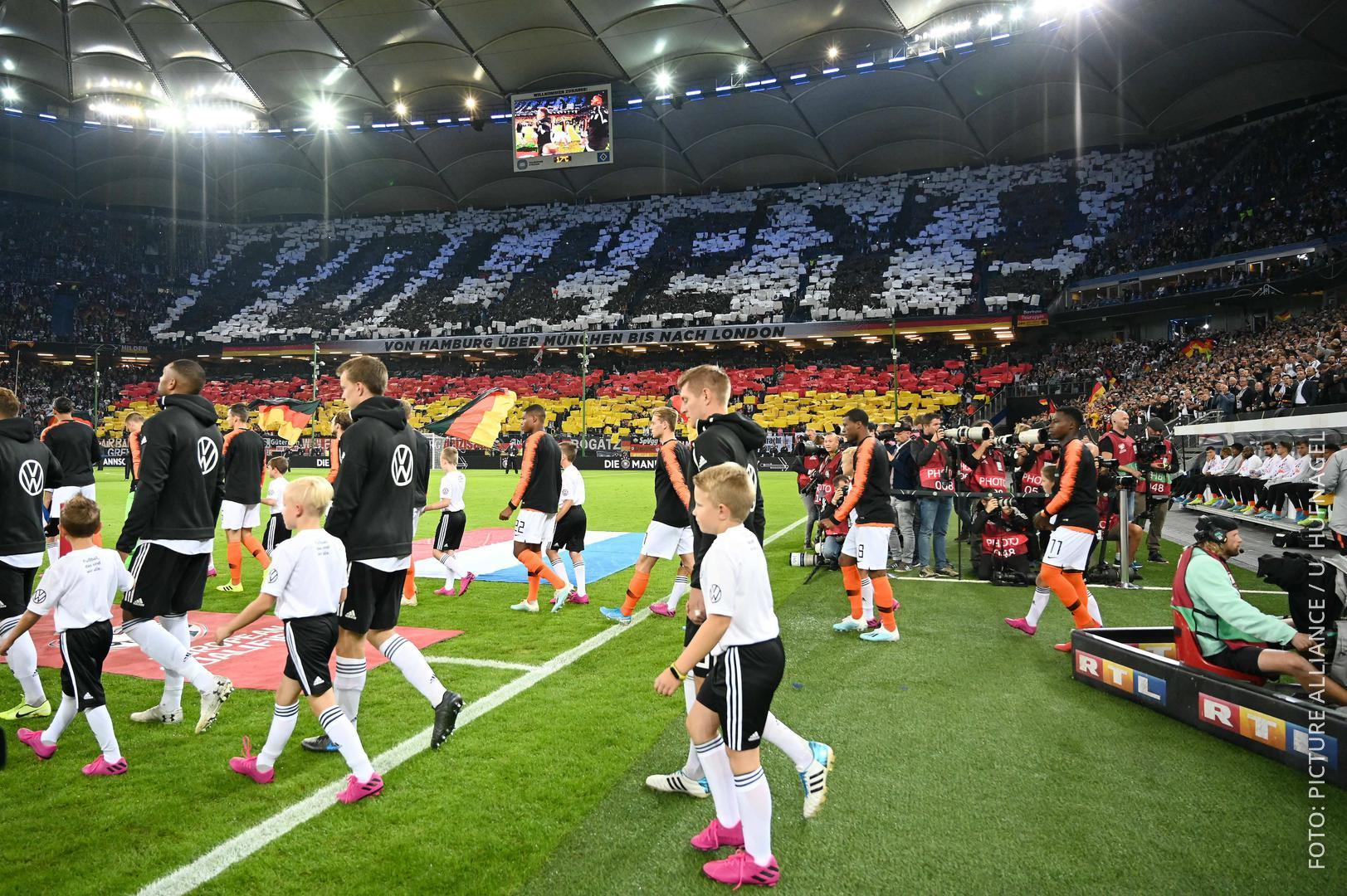 Deutsche Nationalmannschaft läuft ins Stadion ein und man sieht eine Fan-Choreo