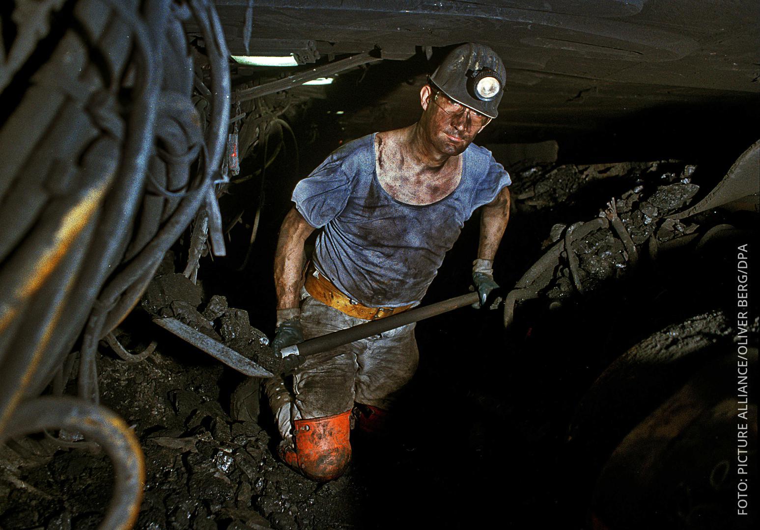 Bergarbeiter schaufelt Kohle in der Zeche Prosper Haniel