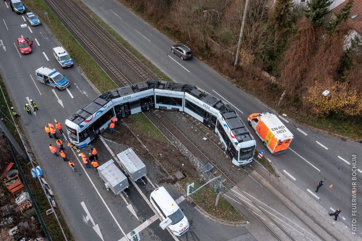 Eine Straßenbahn in Bochum steht quer über den Schienen.