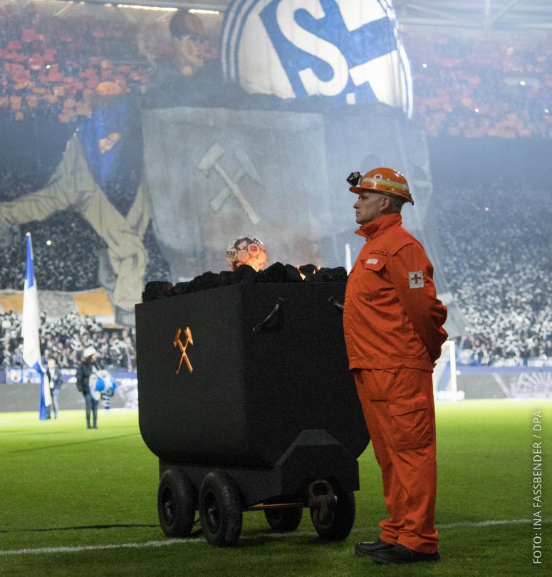 Eine Lore mit Kohle steht im Schalker Stadion.