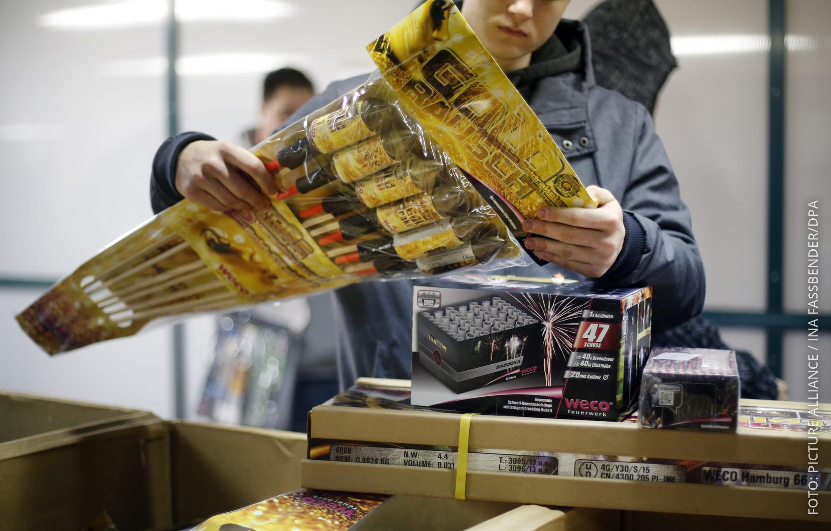 Kundin begutachtet Feuerwerksraketen beim Werksverkauf