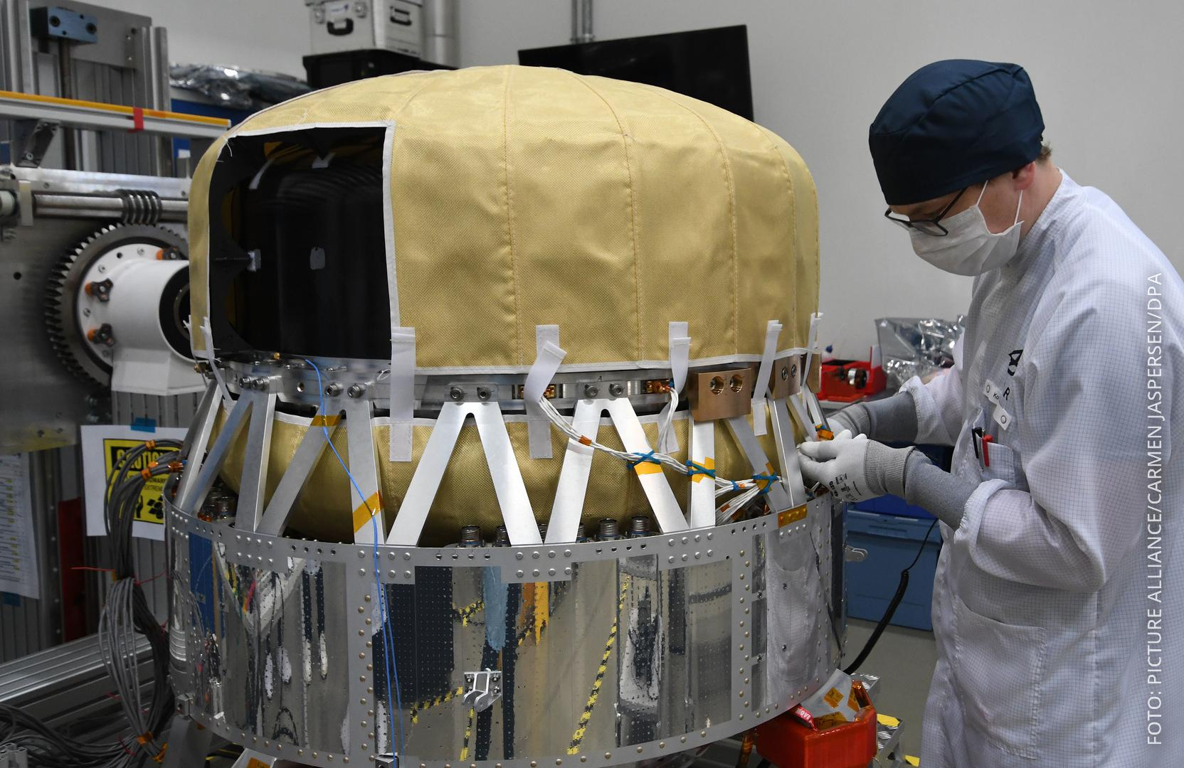 Satellit mit Mini-Gewächshaus