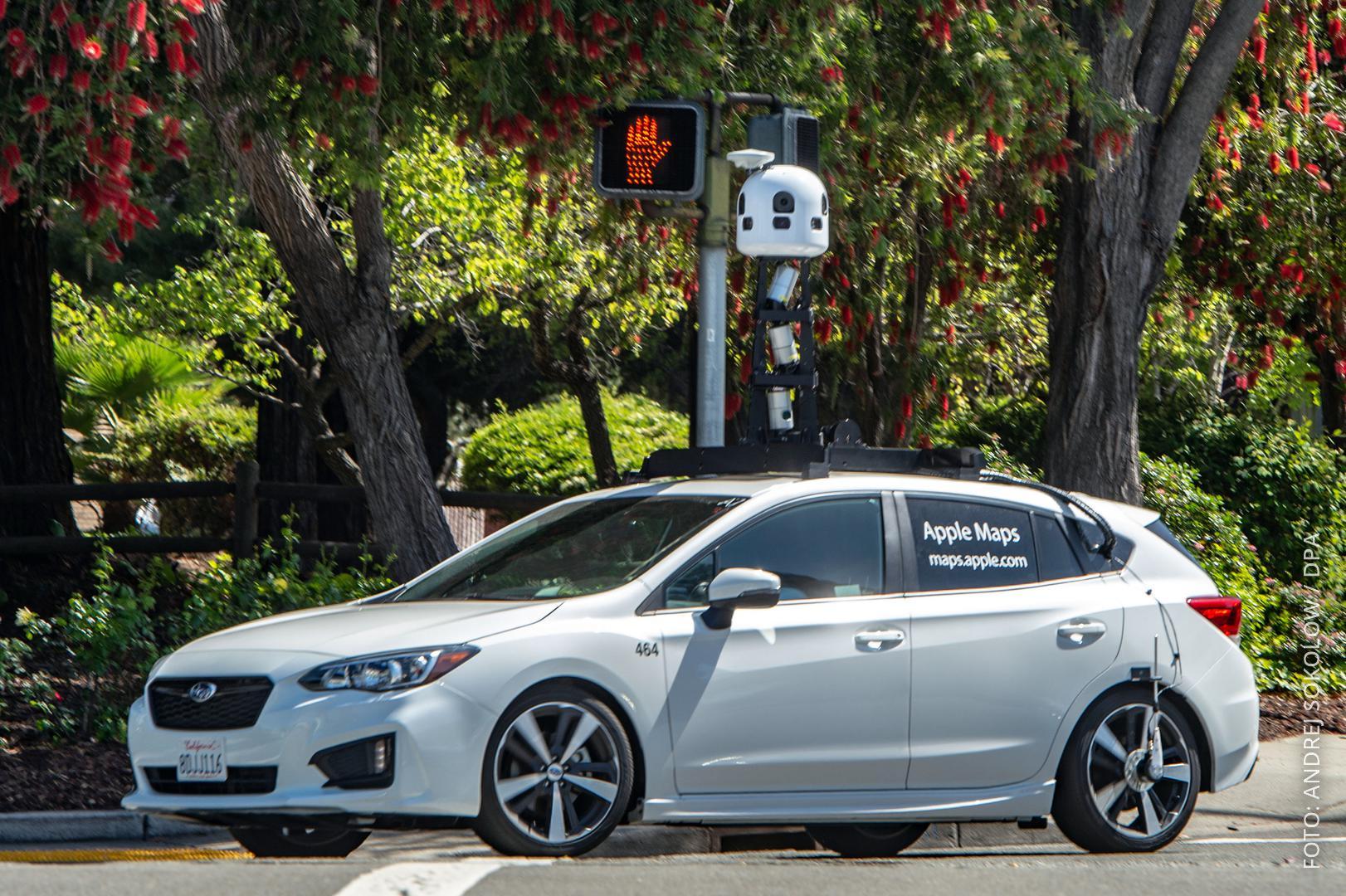 Ein Auto mit Kameramast auf der Straße.