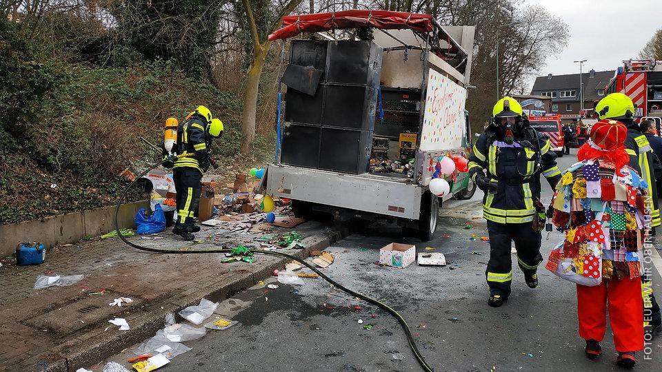 Die Feuerwehr löscht den Umzugswagen, der gebrannt hatte.