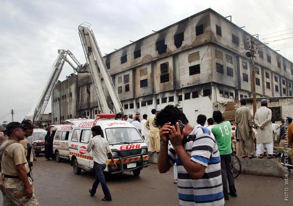 Ausgebrannte Textilfabrik in Pakistan