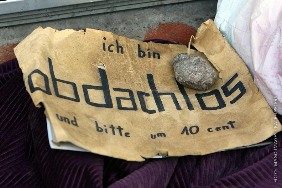 """Schild, auf dem """"Obdachlos"""" steht"""