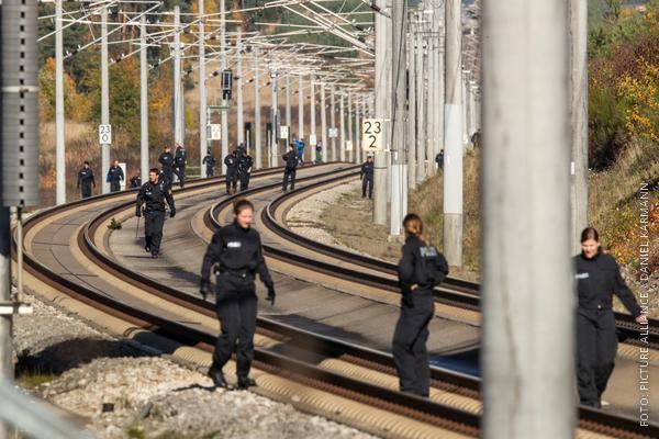 Polizisten suchen Bahnstrecke ab