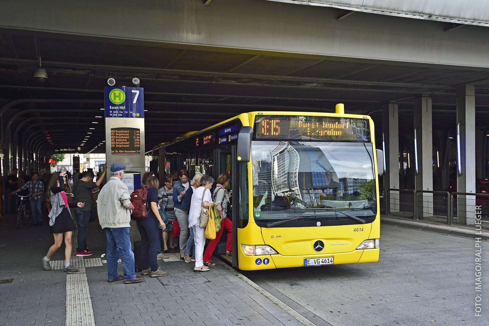 Ein Bus in Essen hält an einer Haletstelle und nimmt Fahrgäste auf.