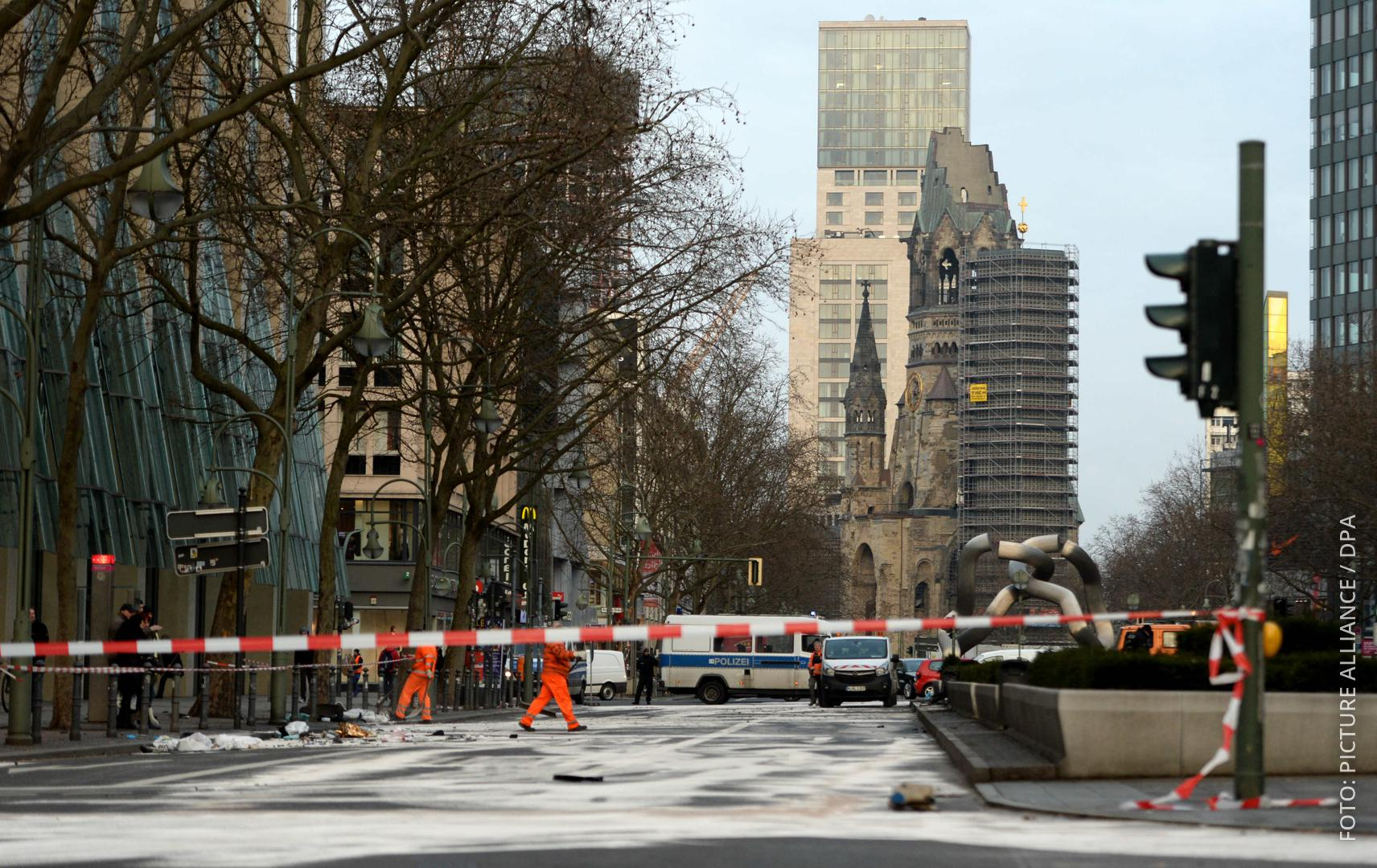 Abgesperrte Straße in Berlin nach einem illegalen Autorennen