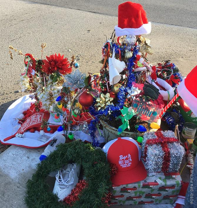 Ein Haufen Weihnachtsschmuck an der Straßenecke