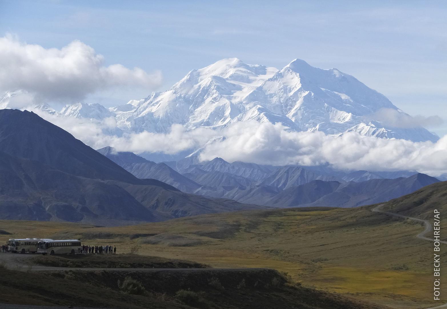 Blick auf den Mount Denali mit Bussen davor.