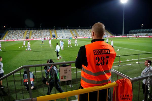 Beispielbild eines Securitymitarbeiters im Stadion