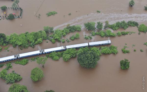 Zug bleibt in Indien in einem Fluss stecken