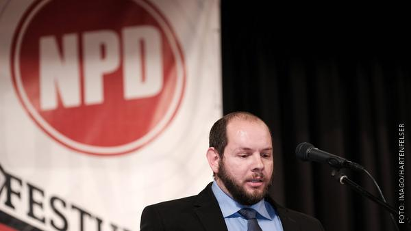 Stefan Jagsch vor einem NPD-Plakat