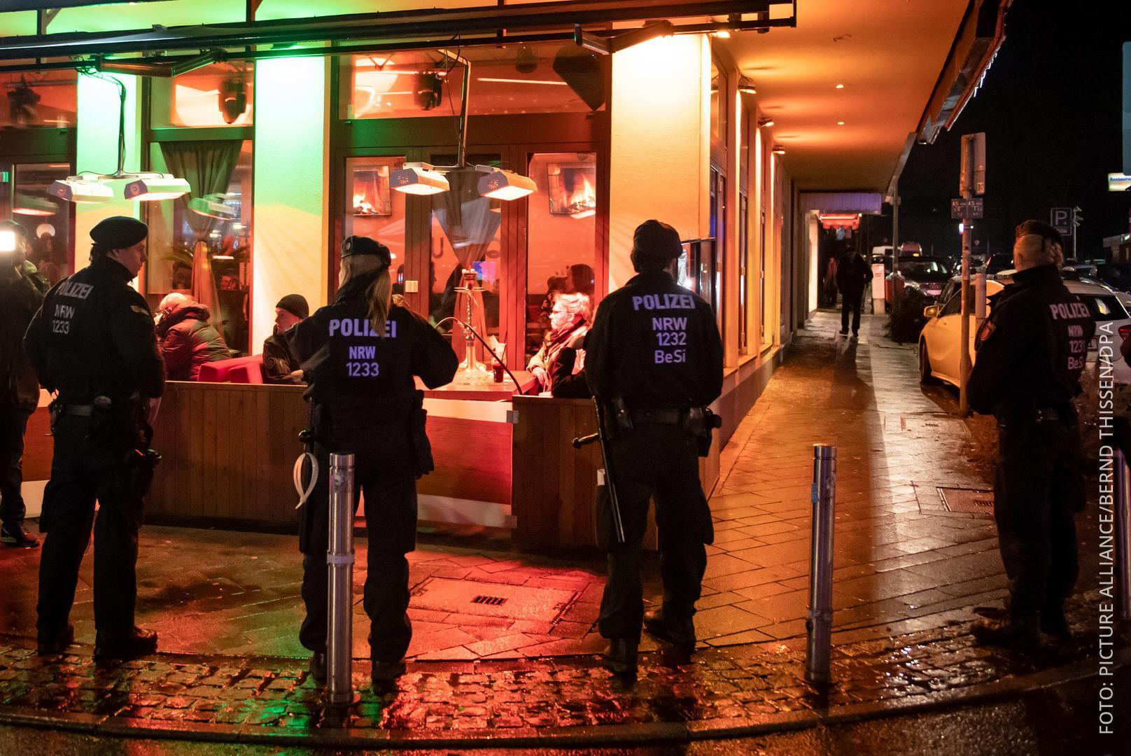 Polizisten sichern eine Razzia in einer Bar in Bochum.