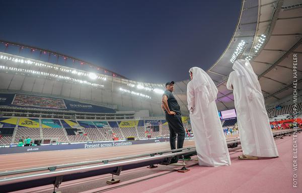 Zwei Scheichs stehen im Leichtathletik-Stadion