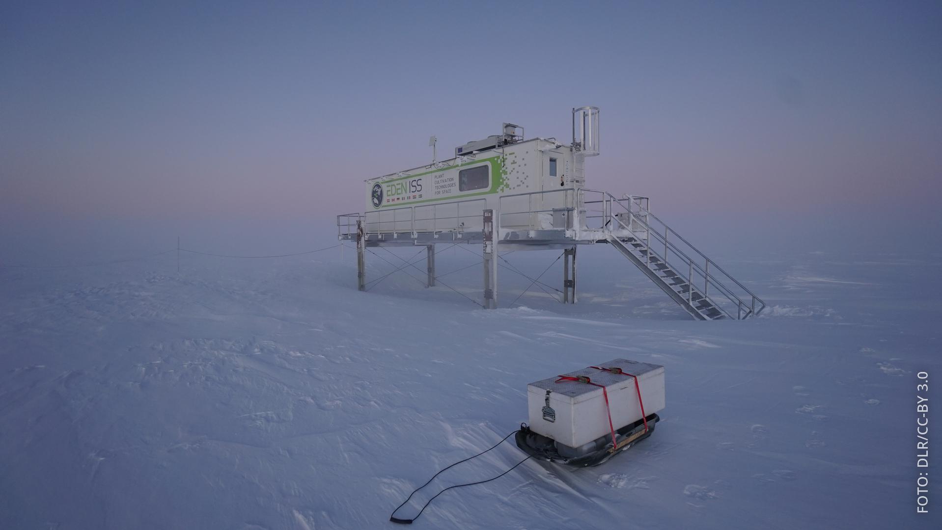 Gewächshaus mit Ernteschlitten mitten in der Antarktis
