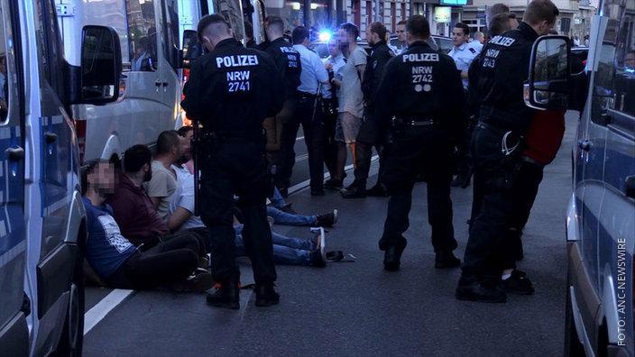 Polizisten in Mülheim nehmen Personen in Gewahrsam