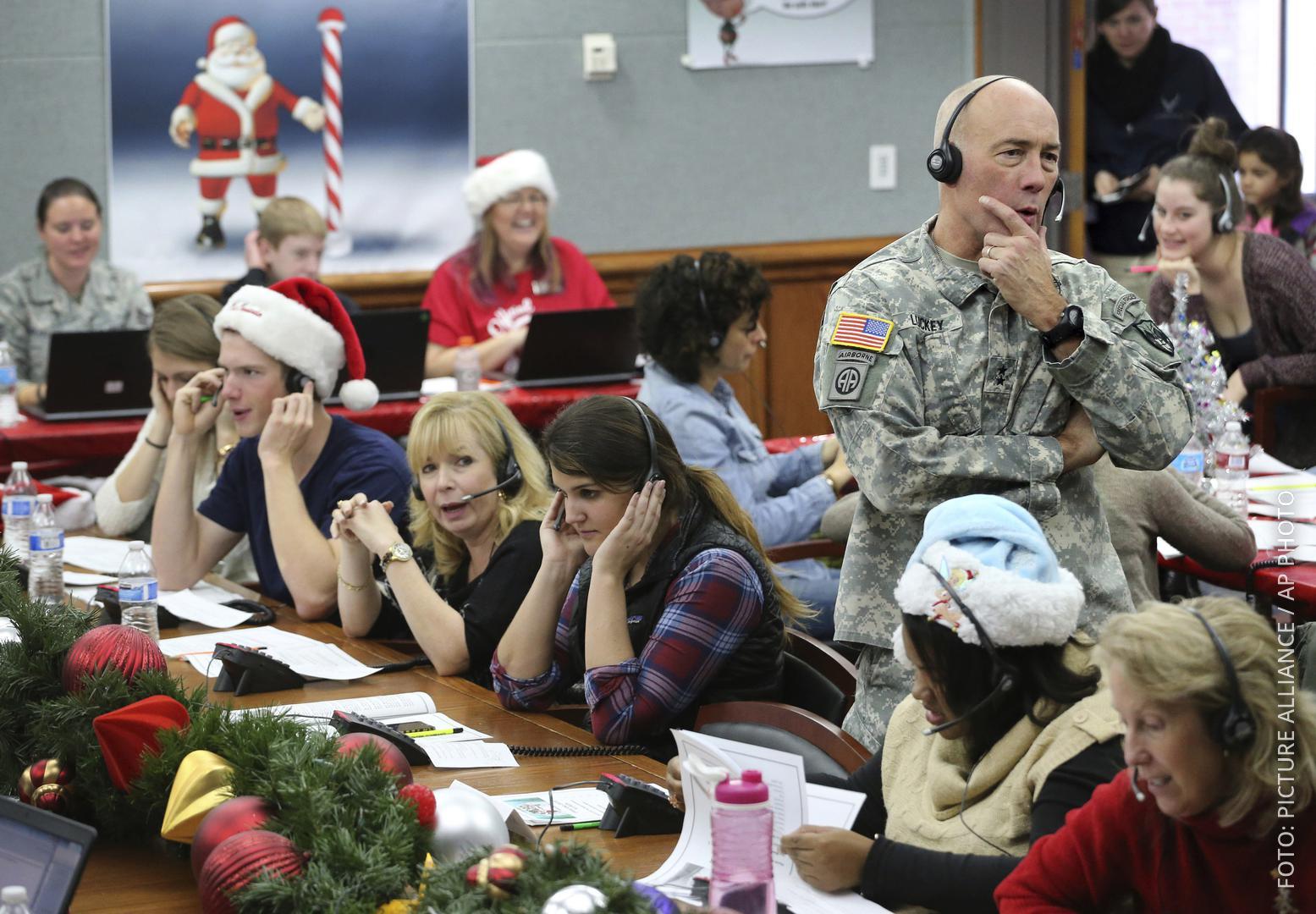 Mitarbeiter bei der US-Luftraumüberwachung nehmen Anrufe entgegen