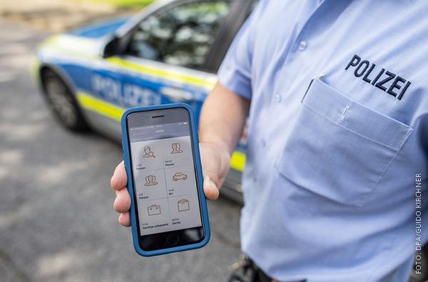 Polizist zeigt Smartphone-Interface