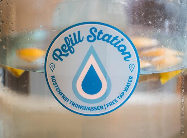 Das Refill-Symbol auf einem Glasbehälter