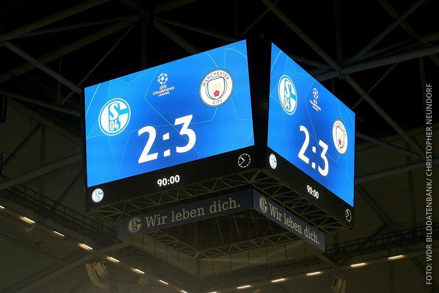 Anzeigetafel im Stadion mit Endergebnis: 3 zu 2