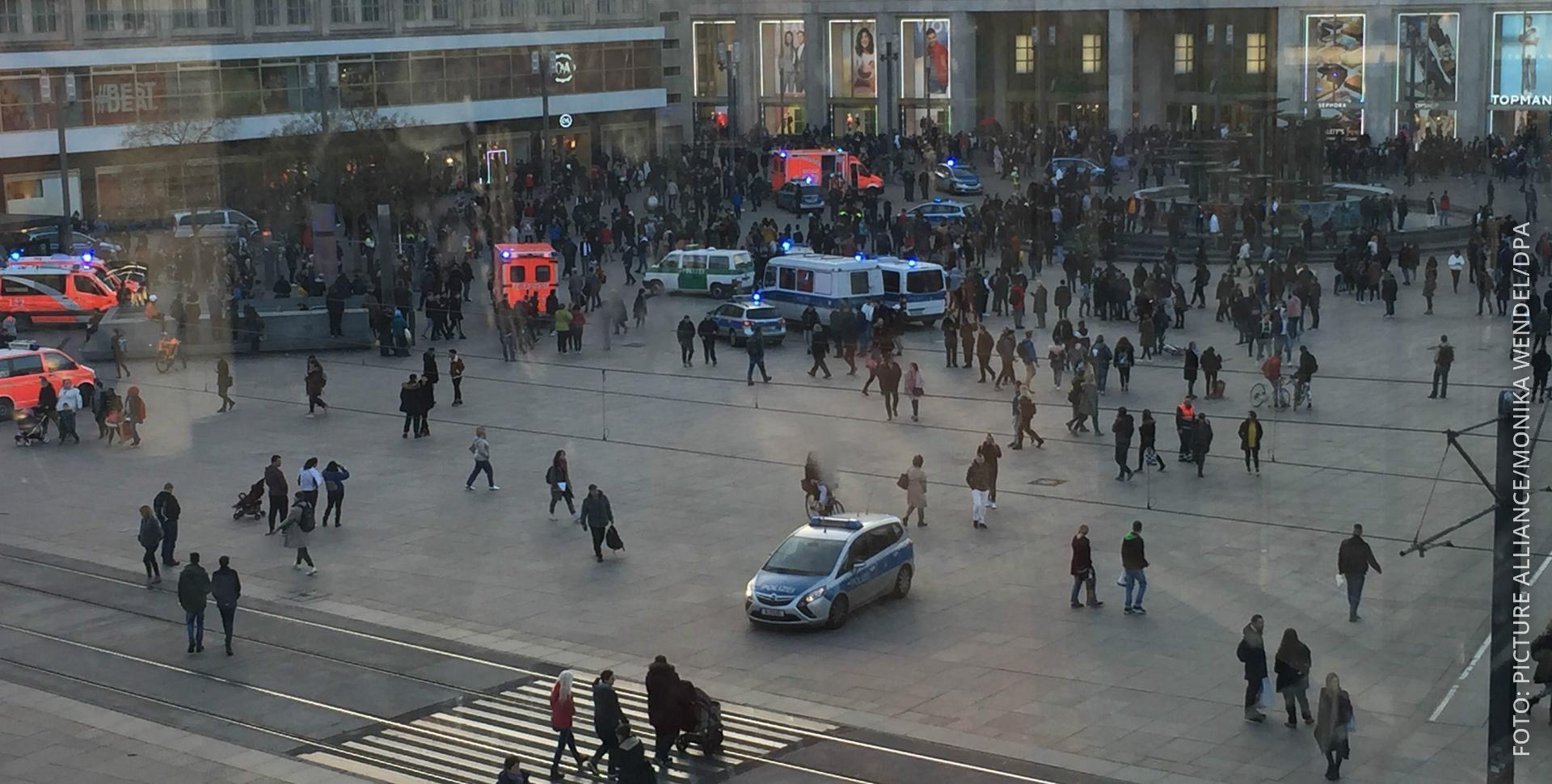 Leute prügeln sich auf dem Alexanderplatz in Berlin, die Polizei ist vor Ort