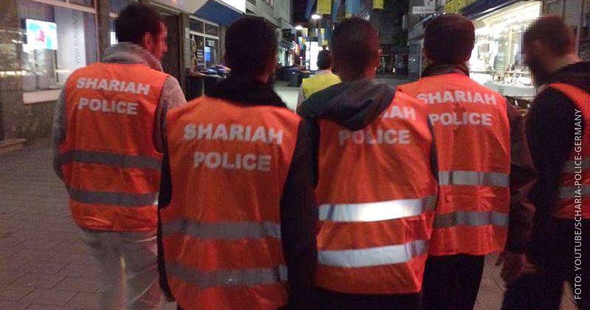 Männer patroullieren in Warnwesten mit der Aufschrift Scharia Polizei durch Wuppertal