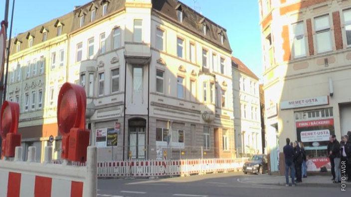 Das einsturzgefährdete Haus in der Gelsenkirchener Innenstadt ist umringt von Bauzäunen.