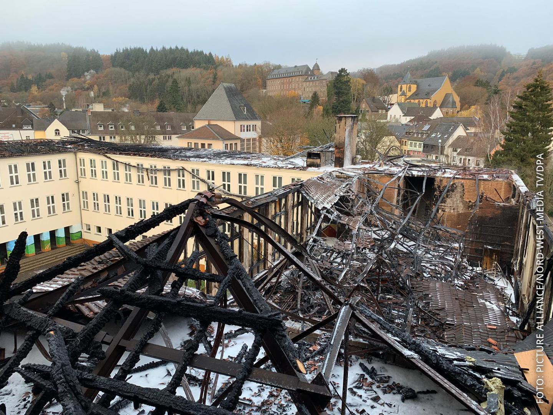 abgebrannter Dachstuhl eines Gymnasiums