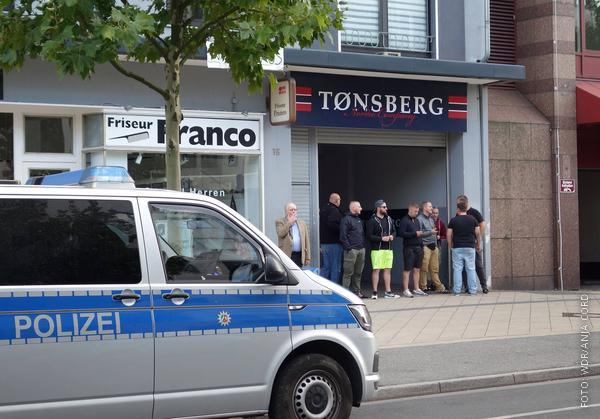 """Der """"Thor Steinar""""-Laden in Dortmunda, davor ein Polizeiwagen"""