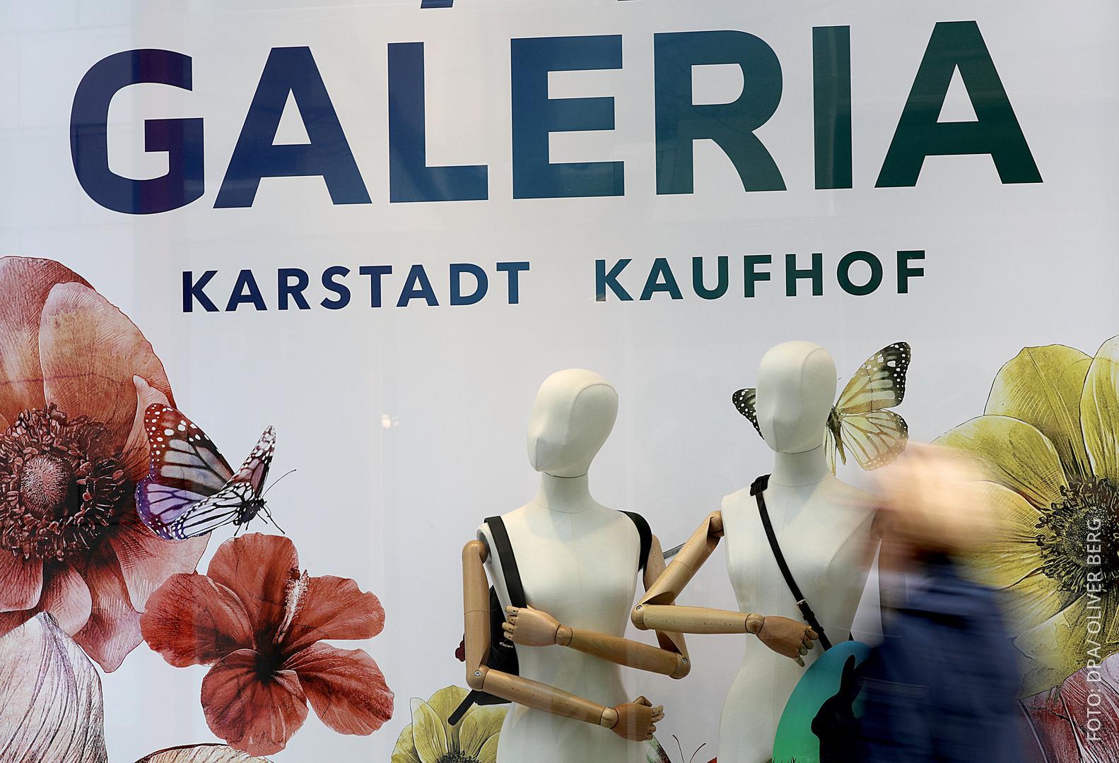 """Hausfassade einer Filiale mit der Aufschrift """"Galeria Kaufhof Karstadt""""."""