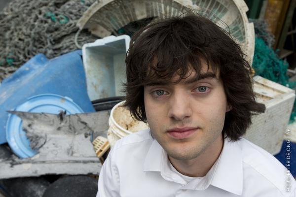 Porträt Boyan Slat vor Plastikmüll