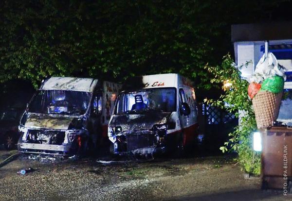 Zwei ausgebrannte Eiswagen in Witten.