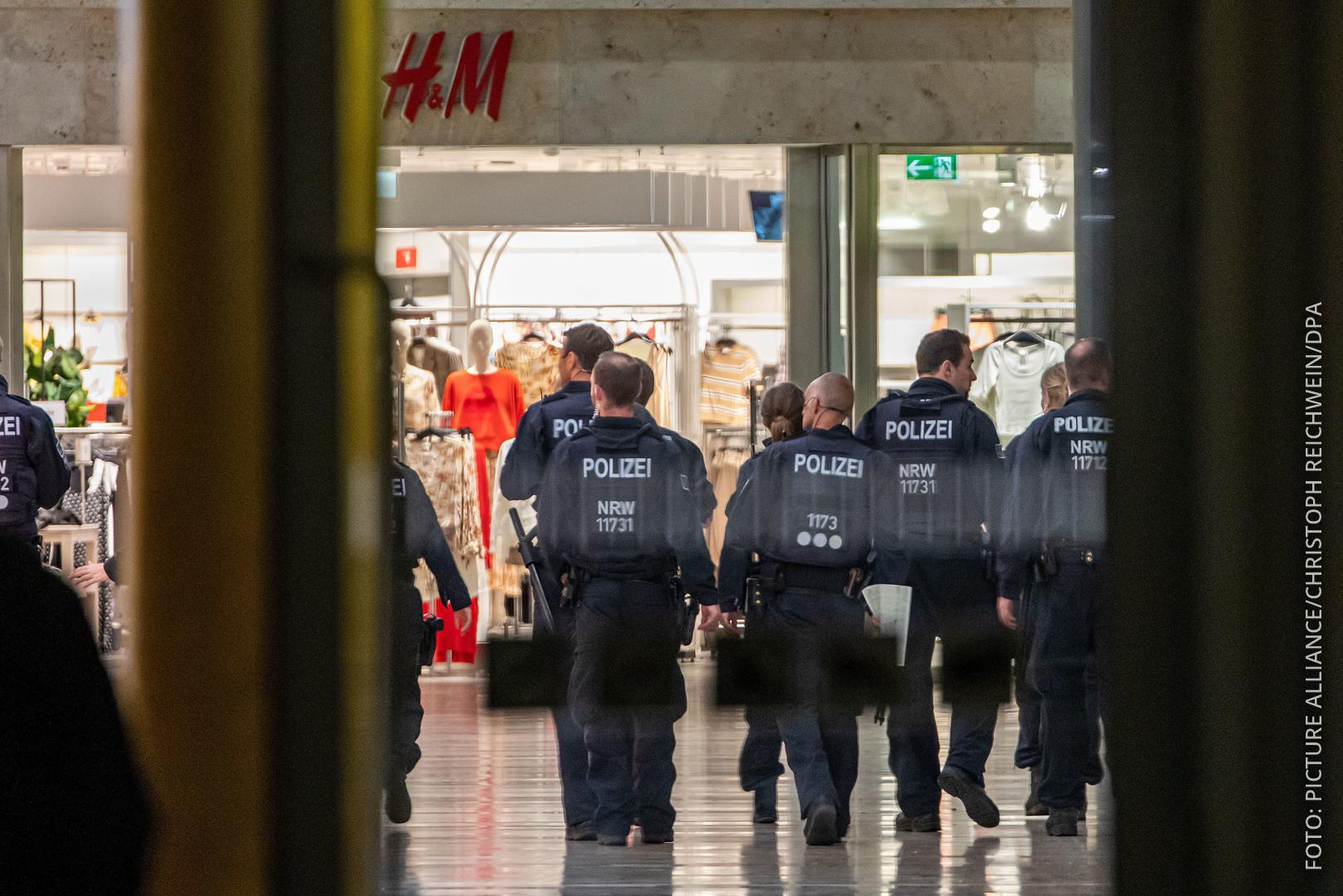 Polizisten räumen Einkaufszentrum in Duisburg nach Fund von verdächtiger Tasche