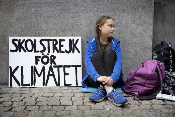Greta Thunberg mit ihrem Protestplakat